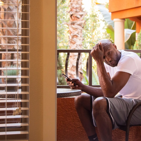 lamar odom on phone outside